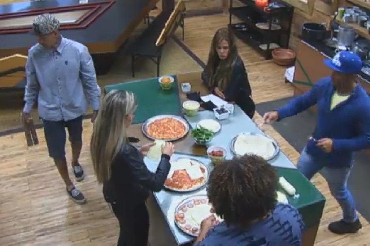 24.set.2013 - Peões ganham ingredientes para fazer pizza