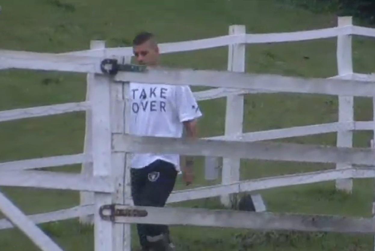 24.set.2013 - Um dia depois de escapar da roça, Mateus Verdelho foi o segundo peão a acordar