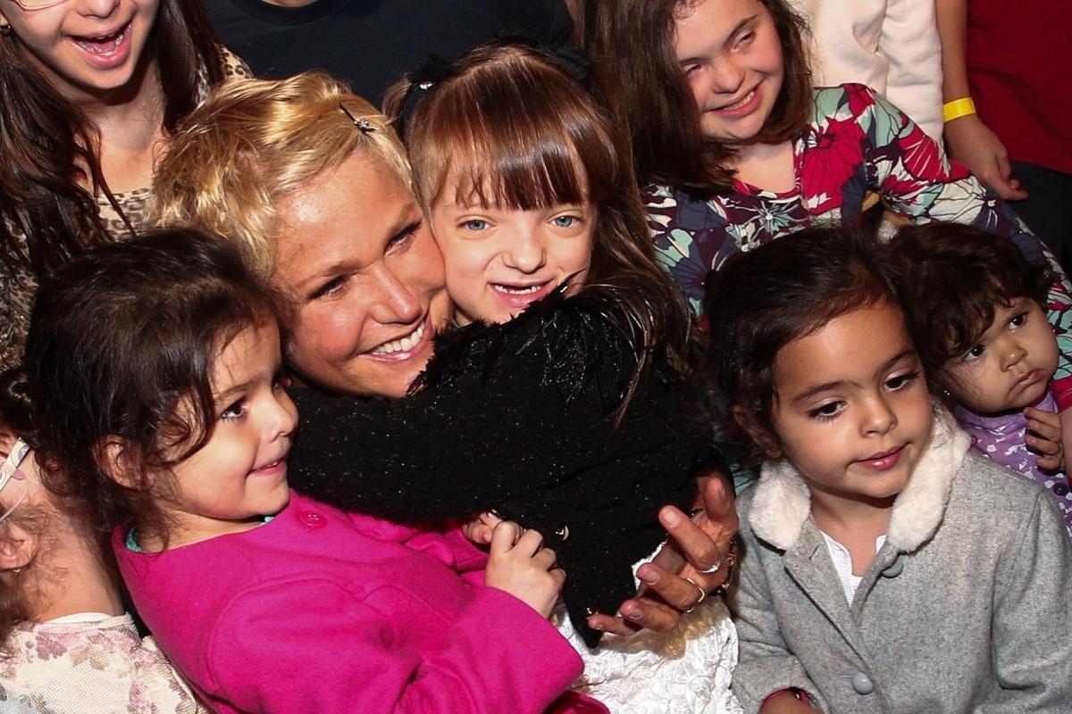 24.set.2013 - Xuxa abraça Rafa Justus na festa de comemoração de dez anos do parque