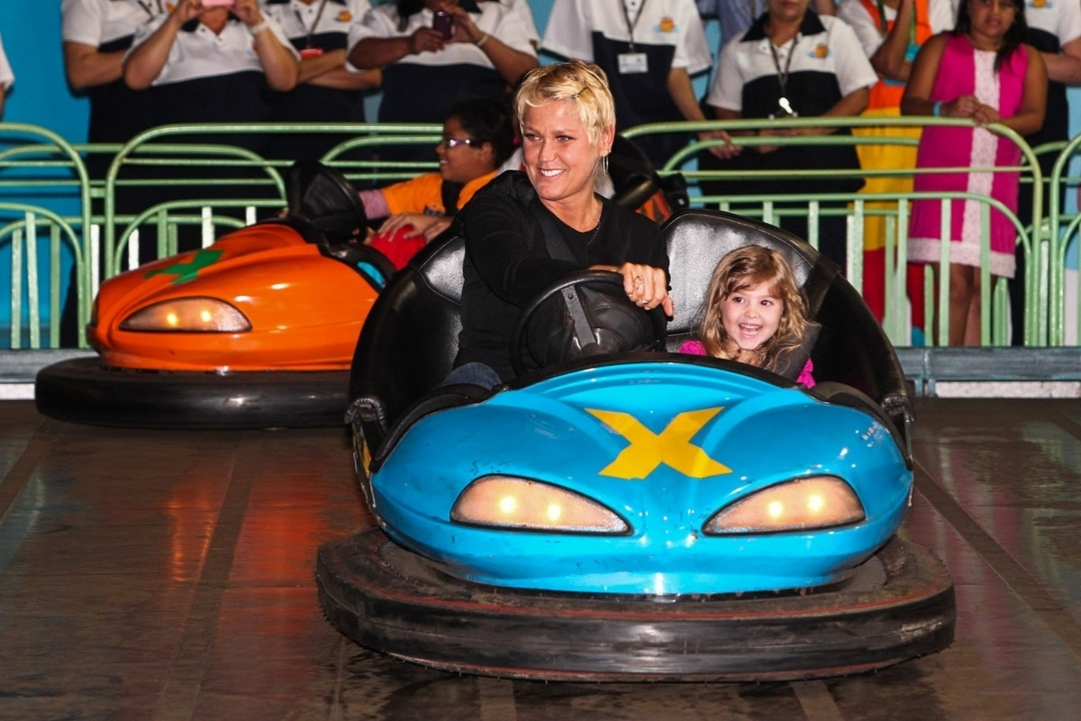 24.set.2013 -Xuxa participou da comemoração dos dez anos do parque que leva o seu nome em São Paulo. A apresentadora se divertiu no carrinho bate-bate