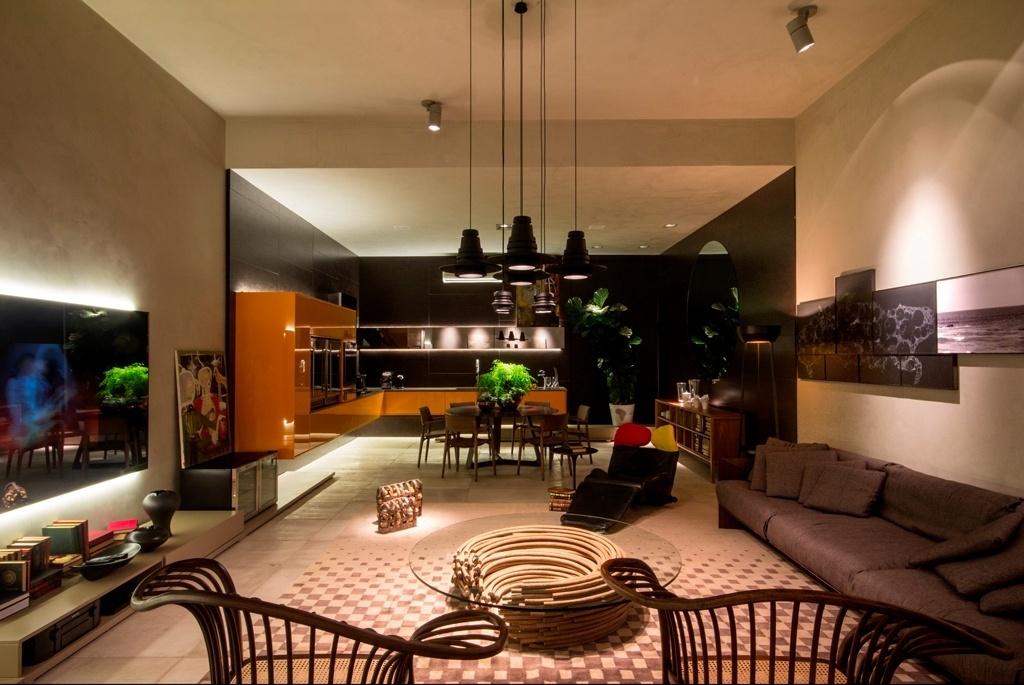 Com 75 m², o Cubo Cinza é assinado pelo arquiteto Ney Lima. Dividido em dois ambientes, o living acinzentado e a cozinha revestida por madeira blackwood, o espaço conta com um móvel revestido por laca alaranjada e brilhante (à esq.), além de peças de design, como a mesa de centro de Domingos Tótora. A 22ª edição da Casa Cor Brasília fica em cartaz até dia 05 de novembro de 2013. A mostra tem lugar no Setor das Indústrias Gráficas (SIG Quadra 01, lote 635), na capital federal