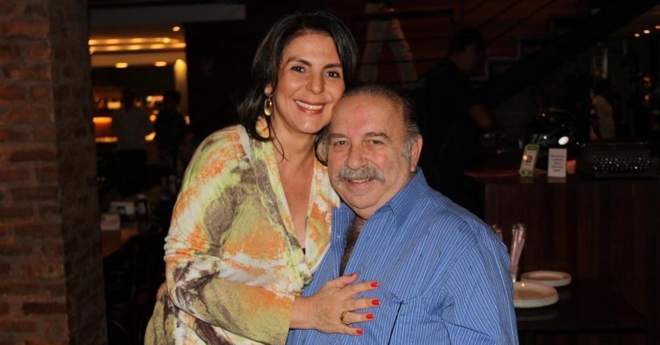 """24.set.2013 - Castrinho e a mulher Andrea assistem ao último capítulo de """"Dona Xepa"""" com o elenco da novela, no Rio"""