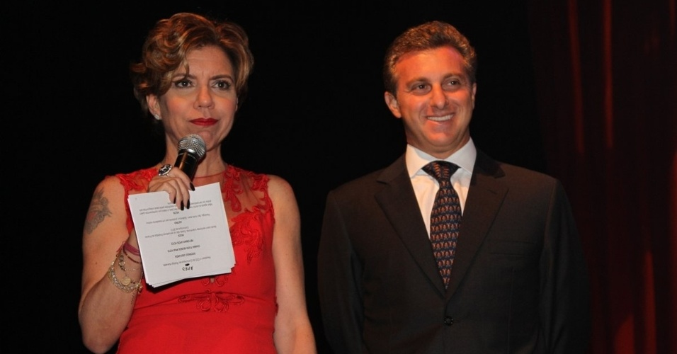 24.set.2013 - Os apresentadores Astrid Fontenelle e Luciano Huck no palco do Prêmio Comunique-se