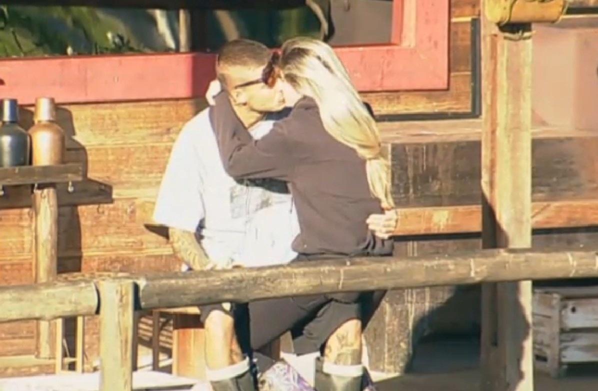 25.set.2013 - Antes de cuidar dos bichos, Bárbara Evans sentou no colo do namorado Mateus Verdelho