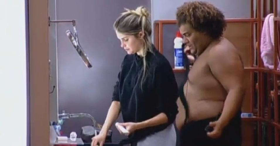 25.set.2013 - Bárbara Evans e Gominho se arrumando para a roça