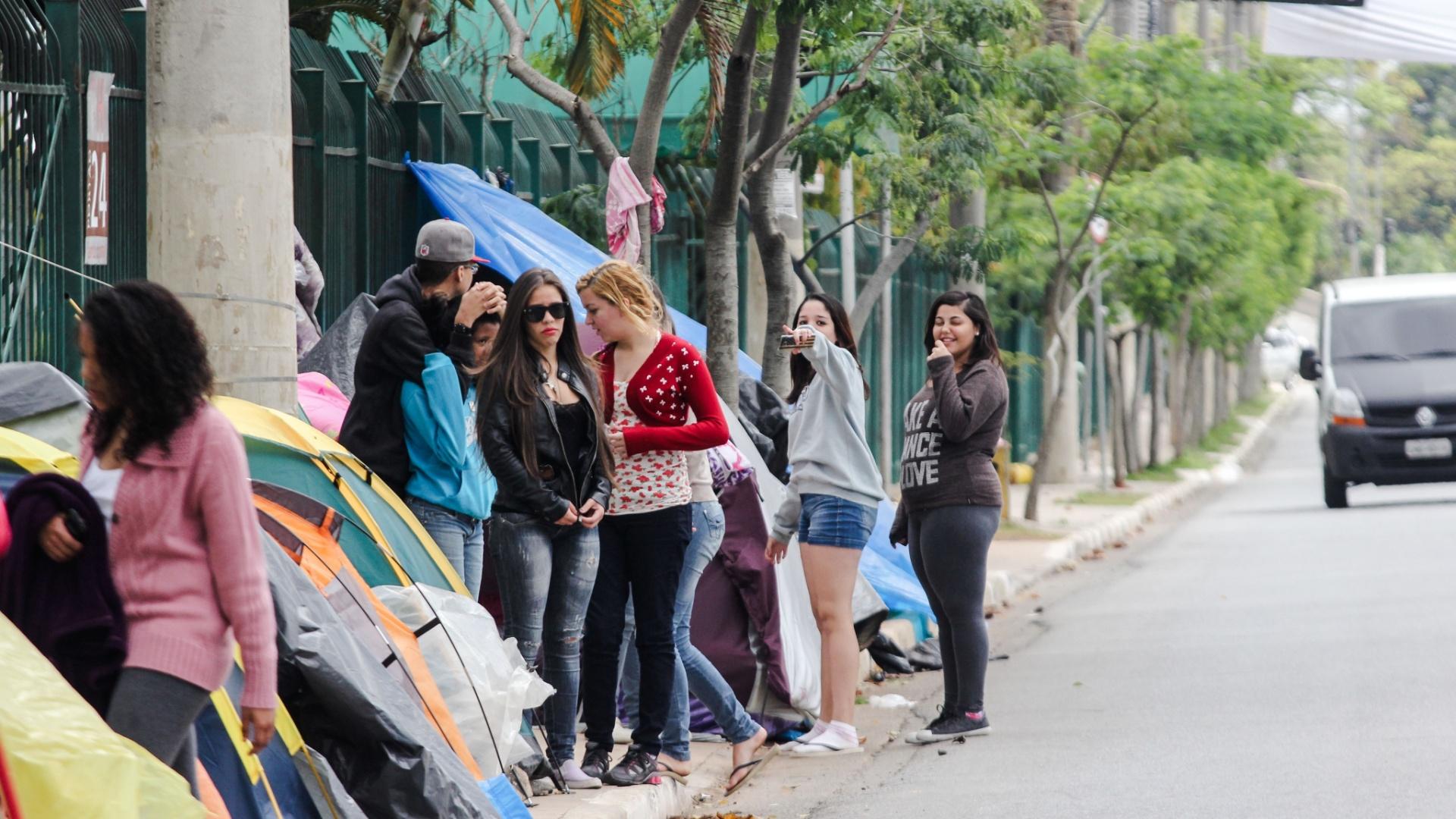 25.set.2013 - Fãs do astro pop Justin Bieber acampam na calçada da Avenida Olavo Fontoura, ao lado do Anhembi, na zona norte de São Paulo, onde o cantor canadense se apresenta no dia 3 de novembro