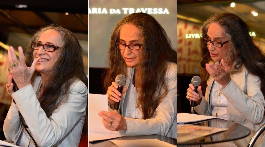 25.set.2013 - Maria Bethânia prestigiou nesta quarta o lançamento do livro