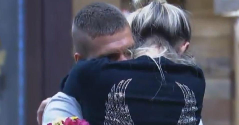 25.set.2013 - Mateus abraça Bárbara Evans