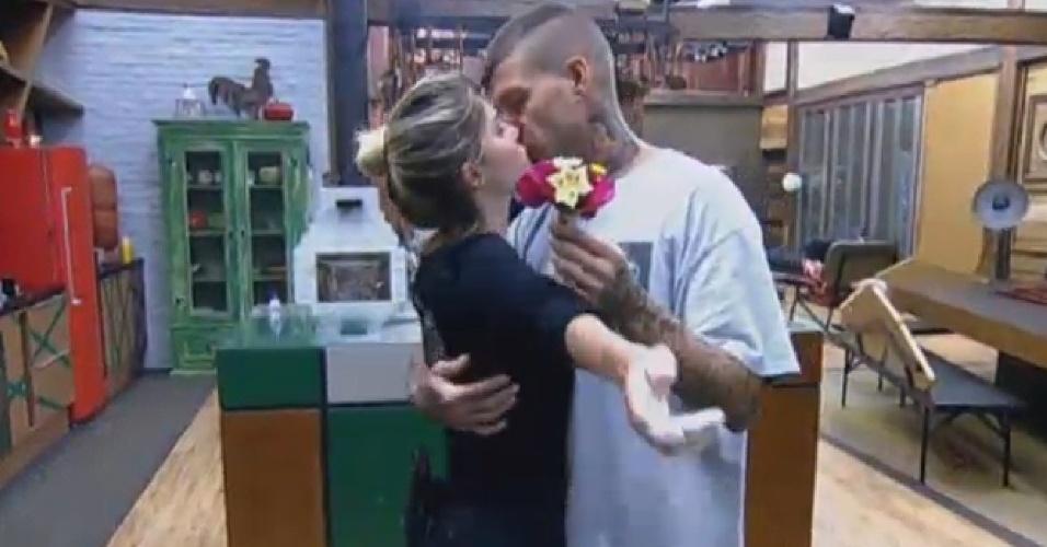 25.set.2013 - Mateus leva buquê de flores para Bárbara