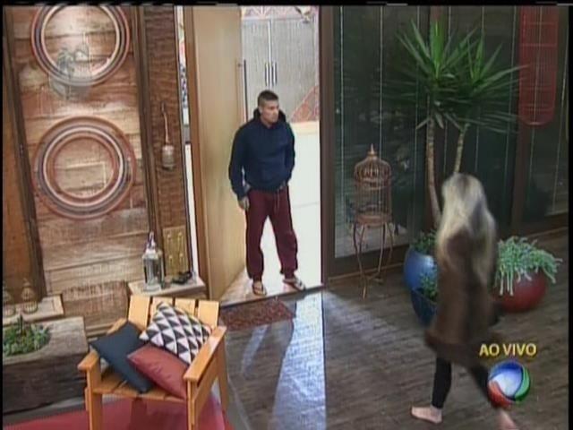 25.set.2013 - Depois da saída de Gominho, Mateus Verdelho e Bárbara se reencontraram