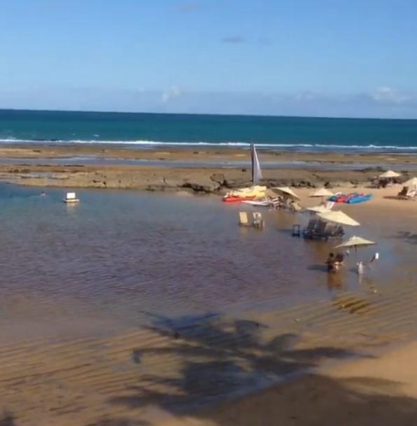 26.set.2013- Naldo e Moranguinho curtem lua de mel em um resort em  Porto de Galinhas, Recife