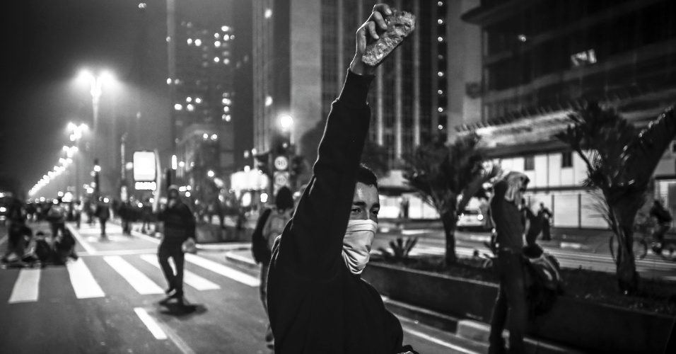 """As manifestações ocorridas em diversas cidades do Brasil inspiraram a exposição """"Nogas"""", da galeria f 2.8, com 18 fotos tiradas em São Paulo, Rio de Janeiro e Brasília. As imagens são exposta em lambe-lambes, sendo nove delas em mega lambes (1,80 x 2,70). As fotos são assinadas por Rodrigo Paiva, Marlene Bergamo, Eduardo Knapp, Fábio Braga, JF Diorio e Leandro Moraes. Há ainda vídeos de Felix Lima, João Wainer, Rodrigo Machado, Isa Brant e Carlos Cecconello. Sob curadoria de Frâncio de Holanda, a mostra fica em cartaz de 28 de setembro, às 15h, até dia 4 de novembro no Espaço Sala (Rua Libero Badaró, 336, Centro), a visitação é gratuita. Mais informações: www.f28.com.br."""