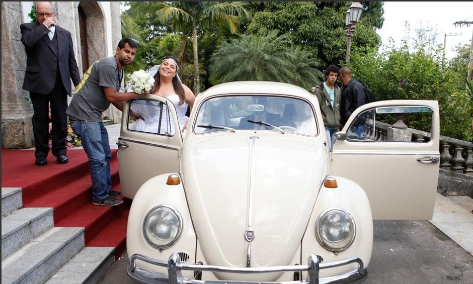 """Fabiana Karla aparece vestida de noiva durante gravação do casamento de sua personagem em """"Amor à Vida"""""""
