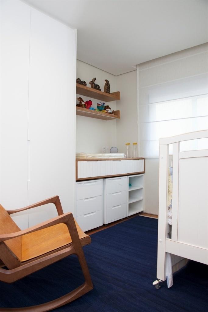 Para o quarto do bebê, no apartamento em Perdizes, zona oeste de São Paulo, as arquitetas Débora Stefanelli e Pérola Machado desenvolveram alguns móveis sob medida, na cor branca. Para