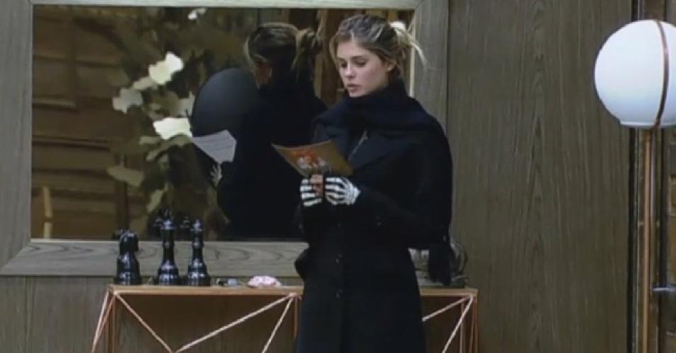 26.set.2013 - Bárbara Evans lendo a ficha que diz para os peões dividirem as atividades da