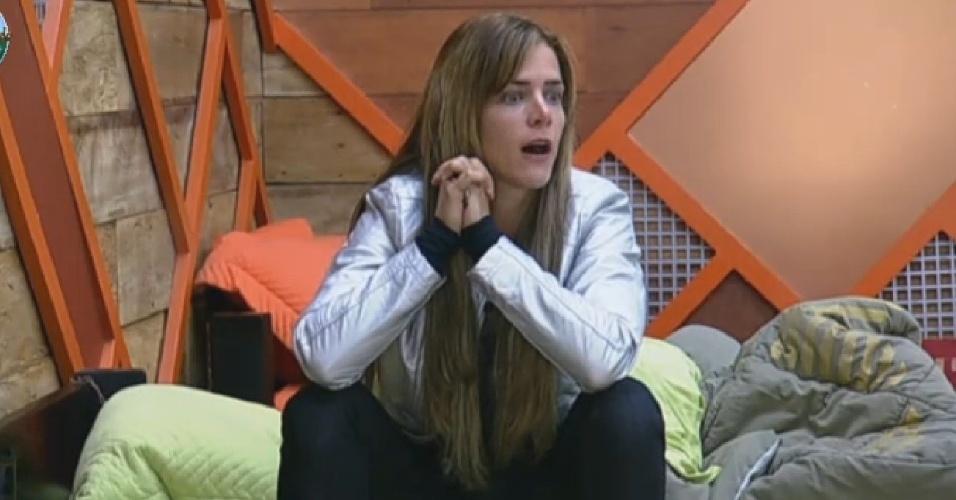 26.set.2013 - Denise Rocha ouvindo os insultos de Marcos Oliver