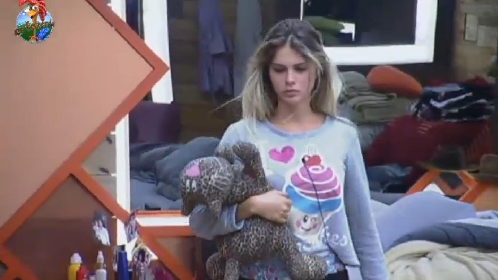27.set.2013 - Bárbara Evans deixa a cama abraçada a bicho de pelúcia