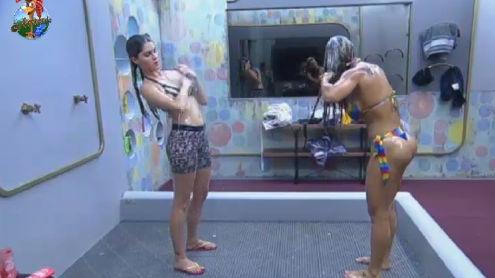 27.set.2013 - Bárbara Evans e Denise Rocha tomam banho juntas na sede