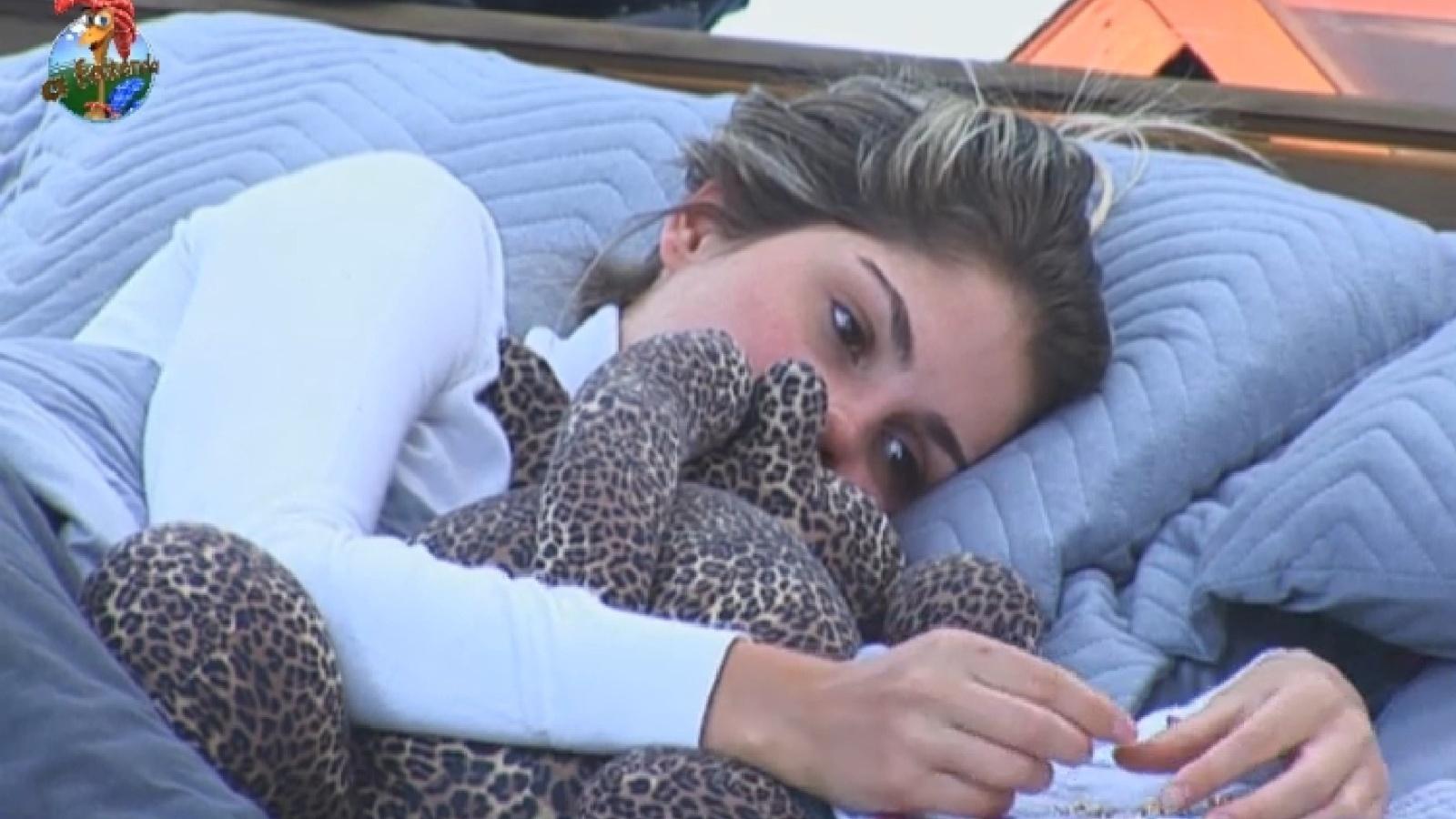 27.set.2013 - Sem o namorado, Bárbara Evans abraça bicho de pelúcia