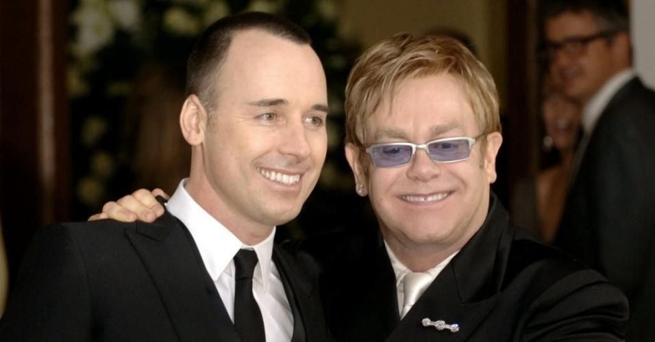 27.set.2013- O cantor britânico Elton John (à direita) ao lado do produtor David Furnish, após cerimônia de casamento civil dos dois em Windsor, no subúrbio de Londres em 2005