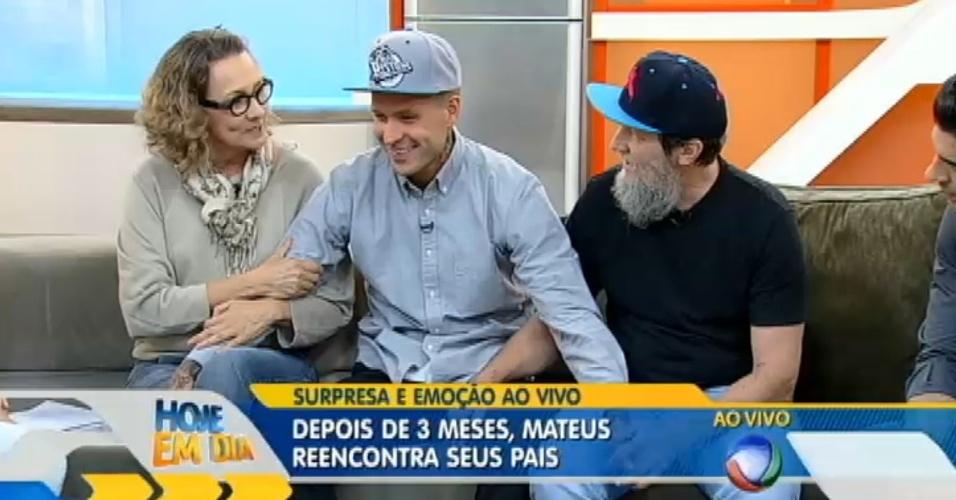 Mateus reencontra os pais no programa