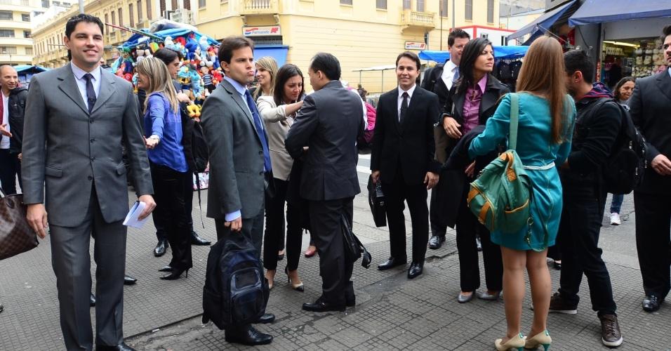 """Os 16 concorrentes de """"Aprendiz - O Retorno"""" gravam primeiro desafio do programa na Rua 25 de Março, no centro de São Paulo"""