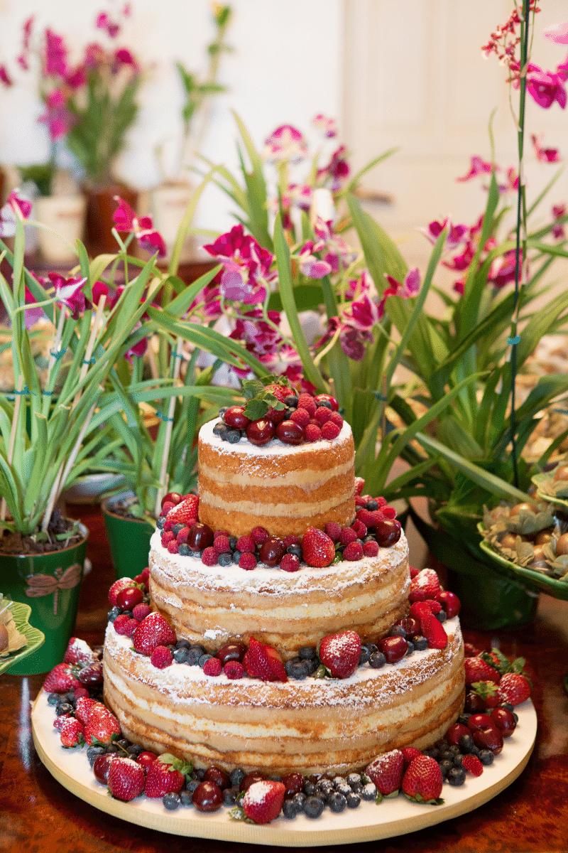 Bolo pelado enfeitado com frutas vermelhas; da Piece Of Cake (www.pieceofcake.com.br), por R$ 1.600 (150 fatias). Disponibilidade e preço pesquisados em outubro de 2013 e sujeitos a alteração
