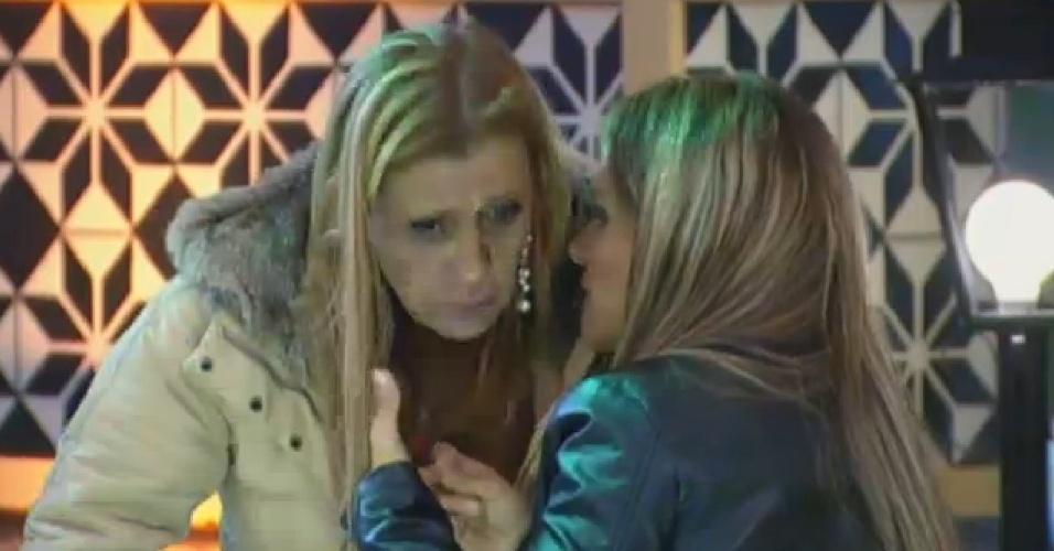 27.set.2013 - Rita Cadilac e Denise Rocha trocaram confidências
