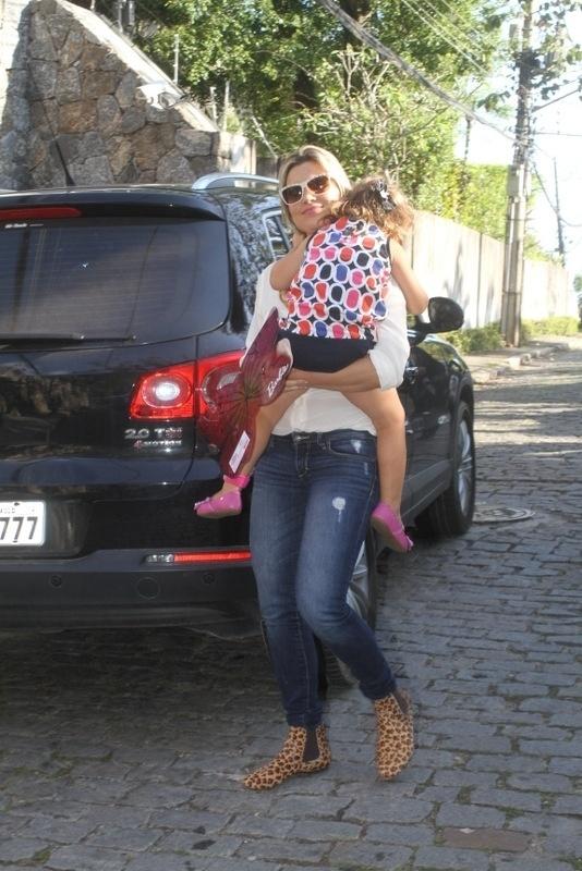 28.set.2013 - A atriz Flávia Alessandra leva a caçula Olívia à festa de aniversário de Eva, filha de Angélica e Luciano Huck no Rio