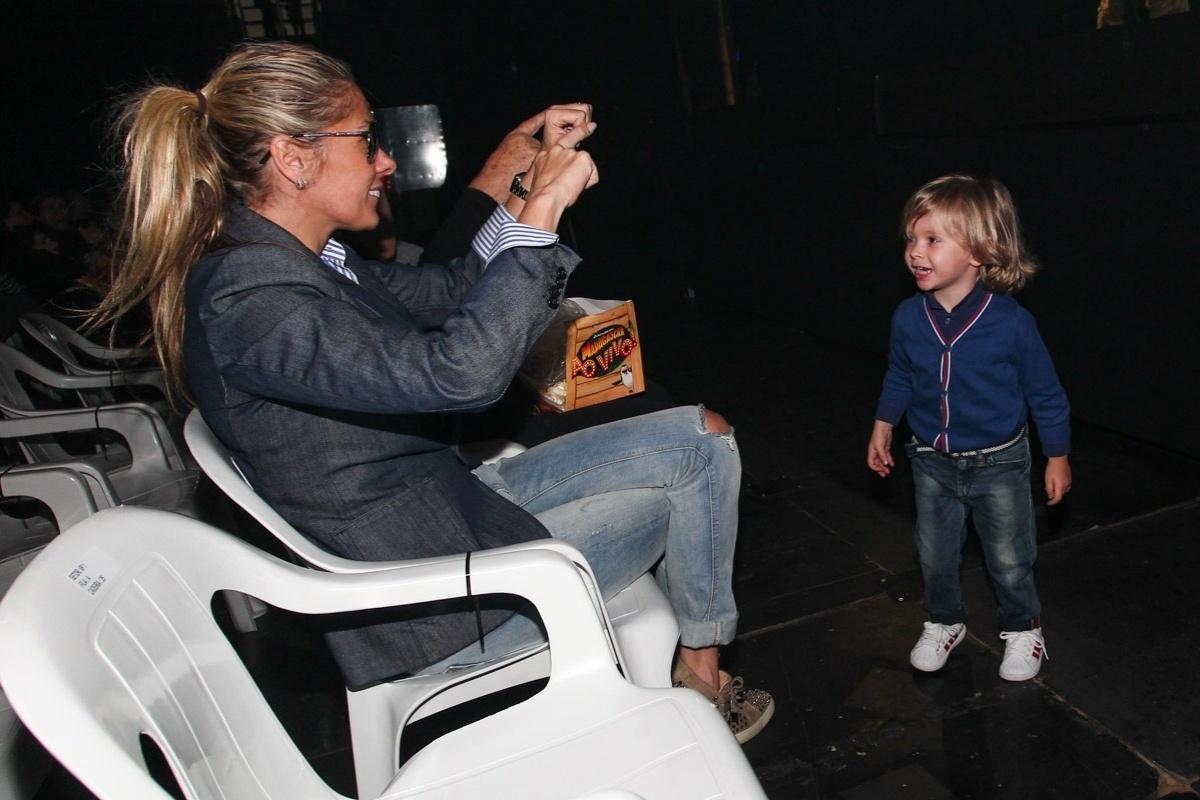 28.set.2013 - Adriane Galisteu tira foto do filho Vittorio durante o musical