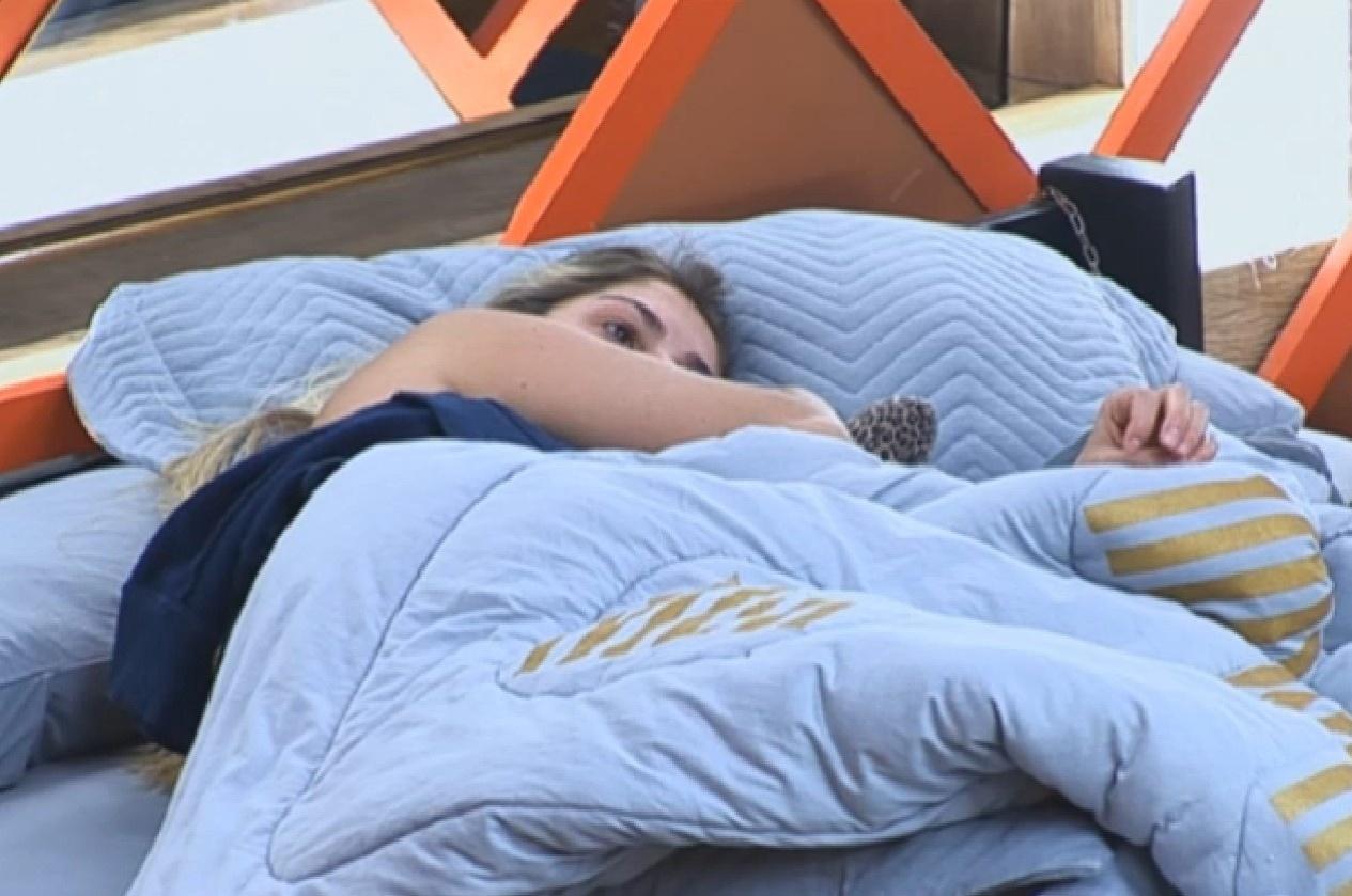 28.set.2013 - Bárbara Evans acorda depois de horas de sono
