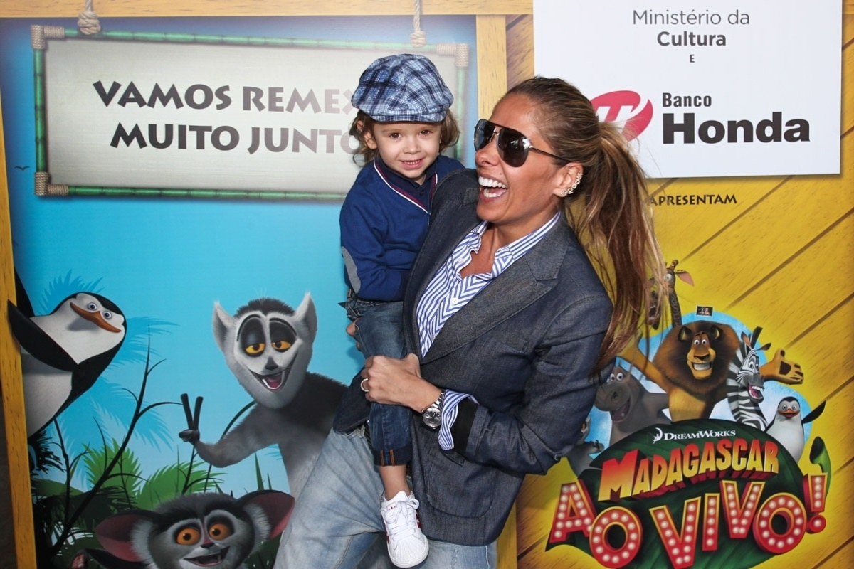 28.set.2013 - Com o filho Vittorio no colo, Adriane Galisteu assiste ao musical