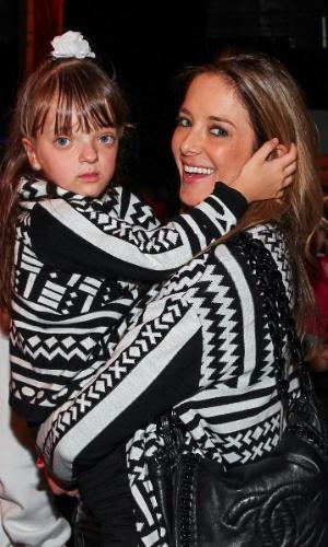 28.set.2013 - Com roupas iguais, Ticiane Pinheiro e sua filha, Rafaella Justus, vão ao musical