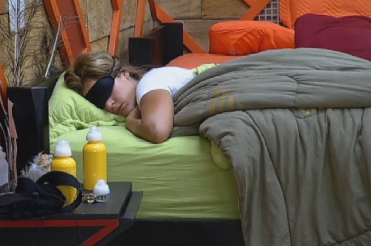 28.set.2013 - Depois e comer, Denise Rocha dorme