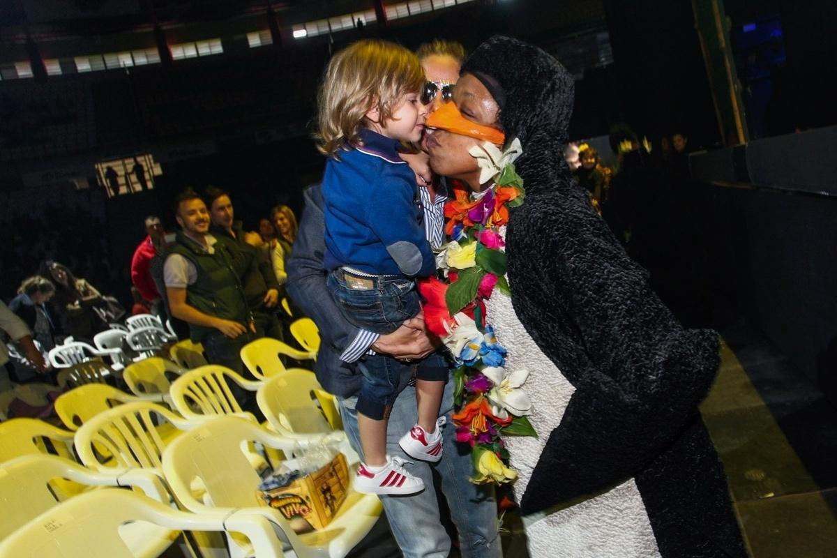 28.set.2013 - Vittorio, filho de Adriane Galisteu, assiste ao musical