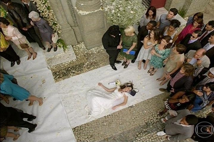 Com Marcina (Chandelly Braz) morta no chão, João Gibão (Sérgio Guizé) entra na igreja