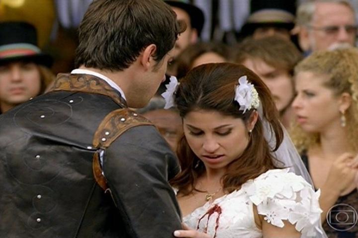 Marcina (Chandelly Braz) é atingida pela bala de Zico Rosado (José Mayer), que queria atingir João Gibão (Sérgio Guizé)