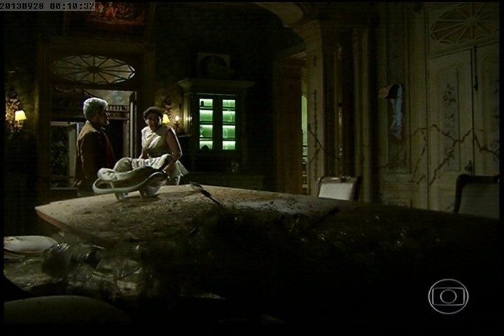 Vitória (Lilia Cabral) e Zico Rosado (José Mayer) se declaram um ao outro conforme a casa desaba