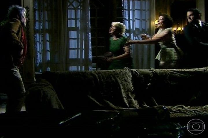 Zico Rosado (José Mayer) acaba sendo encontrado em sua casa por Vitória (Lilia Cabral), Zélia (Leandra Leal) e Lua (Fernando Belo)