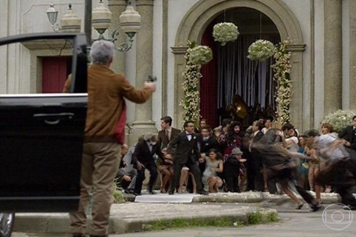 Zico Rosado (José Mayer) atira contra João Gibão (Sérgio Guizé) enquanto ele beija sua agora mulher Marcina (Chandelly Braz) na saída do casamento