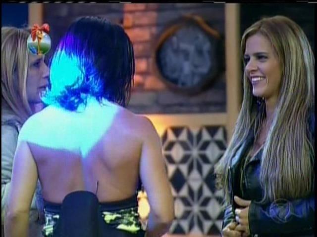 27.set.2013 - Denise Rocha conversa com Scheila Carvalho e Rita Cadillac