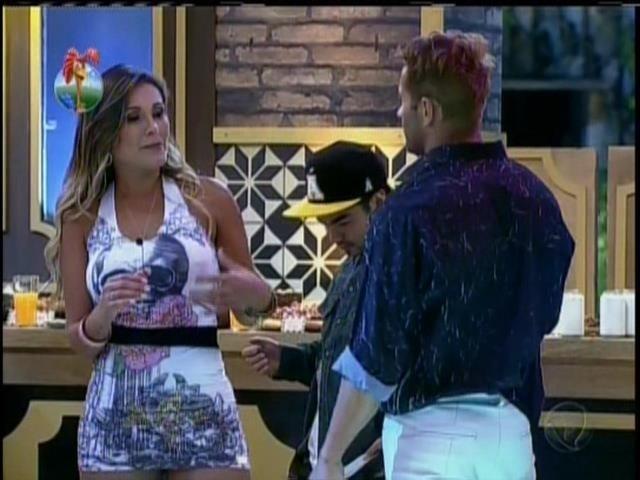 28.set.2013 - Antes de pular nua na piscina, Andressa foi incentivada por Marcão: