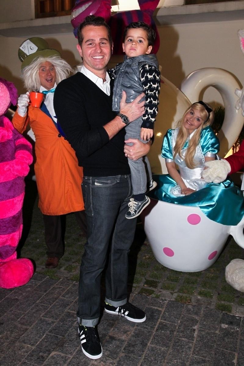29.set.2013 - Afonso Nigro leva o filho Bernardo na festa de aniversário de Pietra, filha do casal formado pelo empresário Marcos Quintela e pela atriz e empresária Déborah Quintela, em um bufê infantil em São Paulo