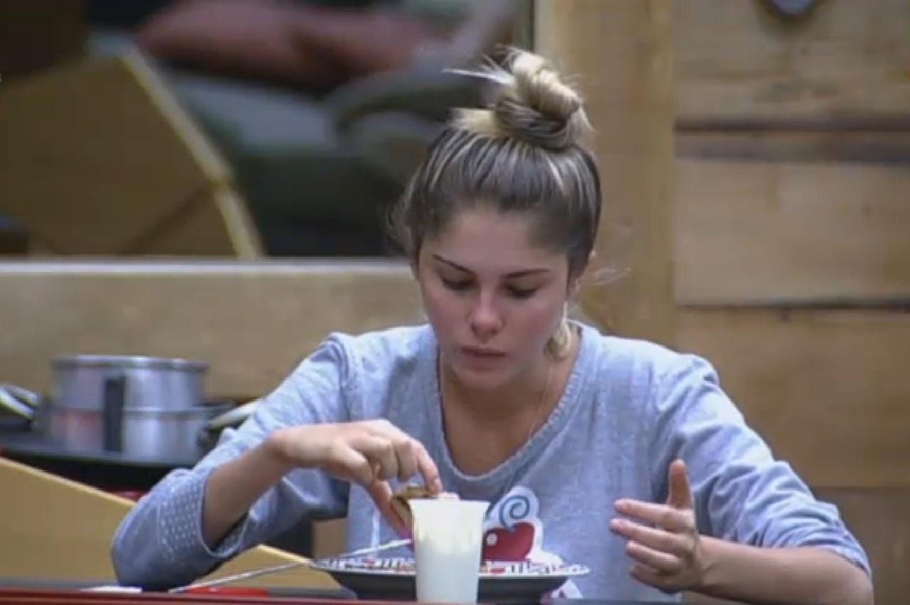 29.set.2013 - Bárbara Evans come pão com requeijão