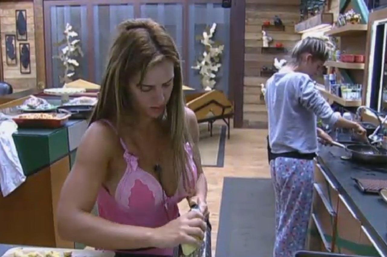 29.set.2013 - Denise Rocha e Bárbara Evans preparam almoço e conversam