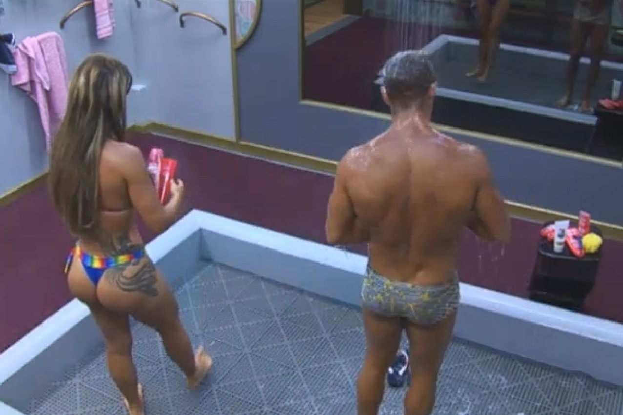 29.set.2013 - Denise Rocha e Marcos Oliver tomando banho juntos