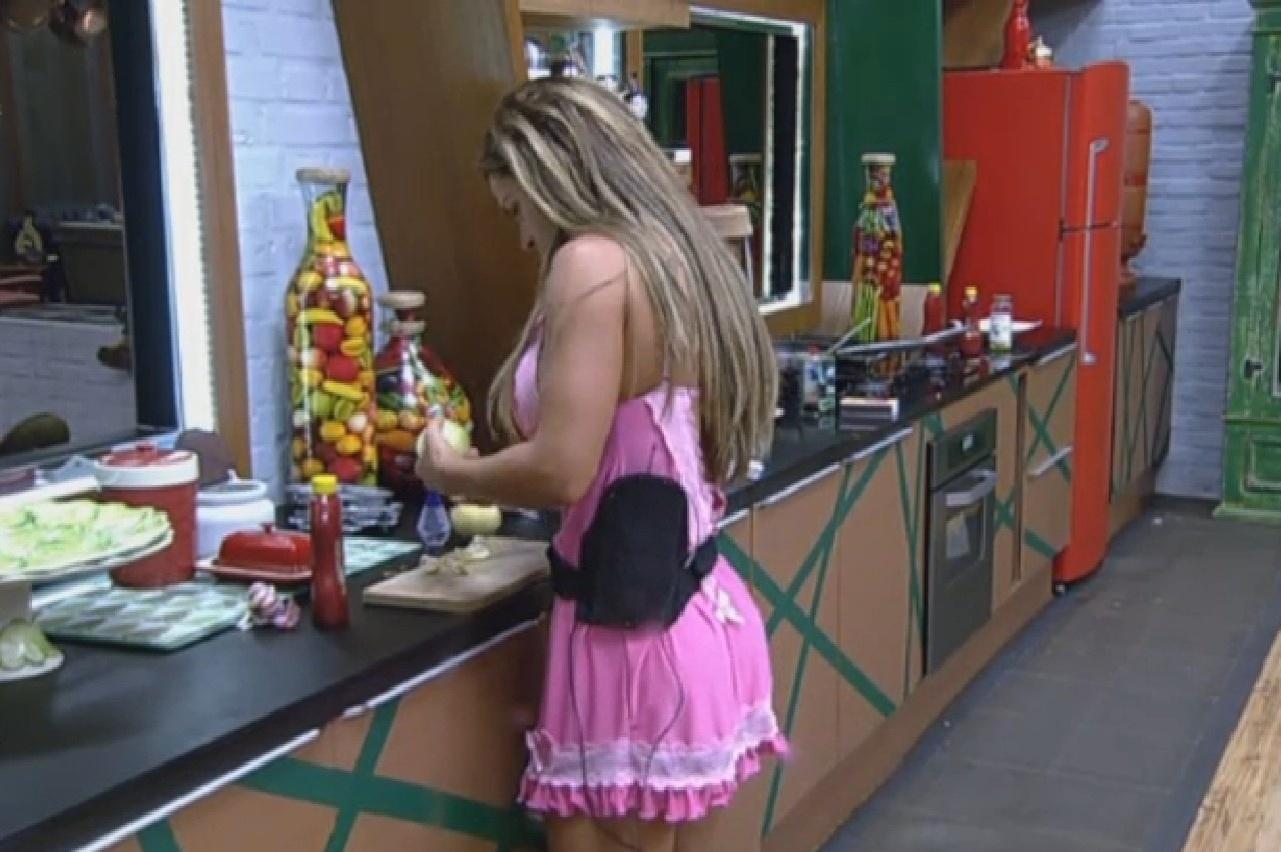 29.set.2013 - Denise Rocha faz almoço para os peões