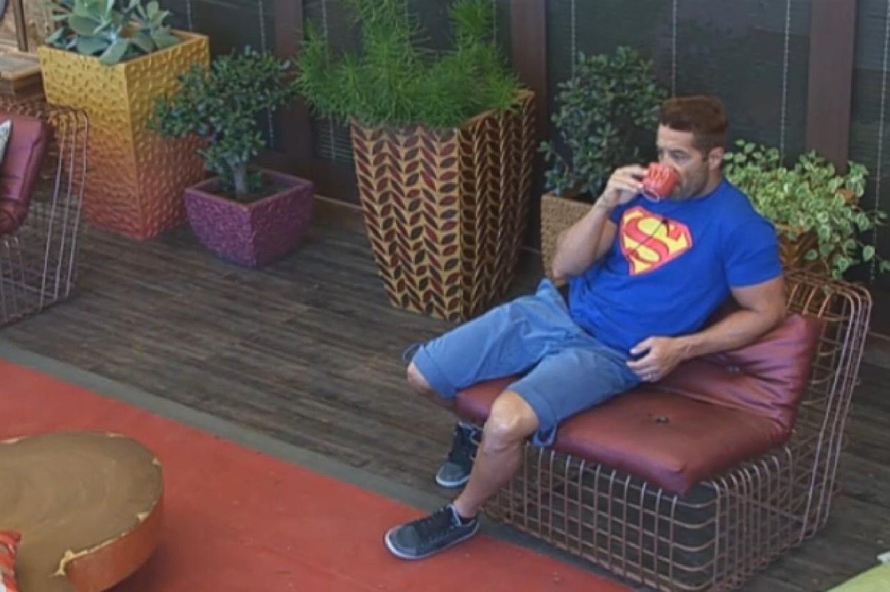 29.set.2013 - Depois de dormir o dia todo, Marcos Oliver bebe café na varanda da sede