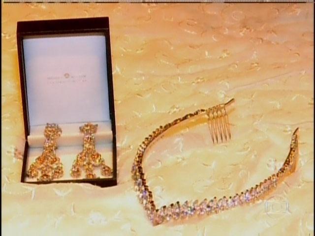 29.set.2013 - Detalhe para as joias usadas por Moranguinho no dia de seu casamento com Naldo