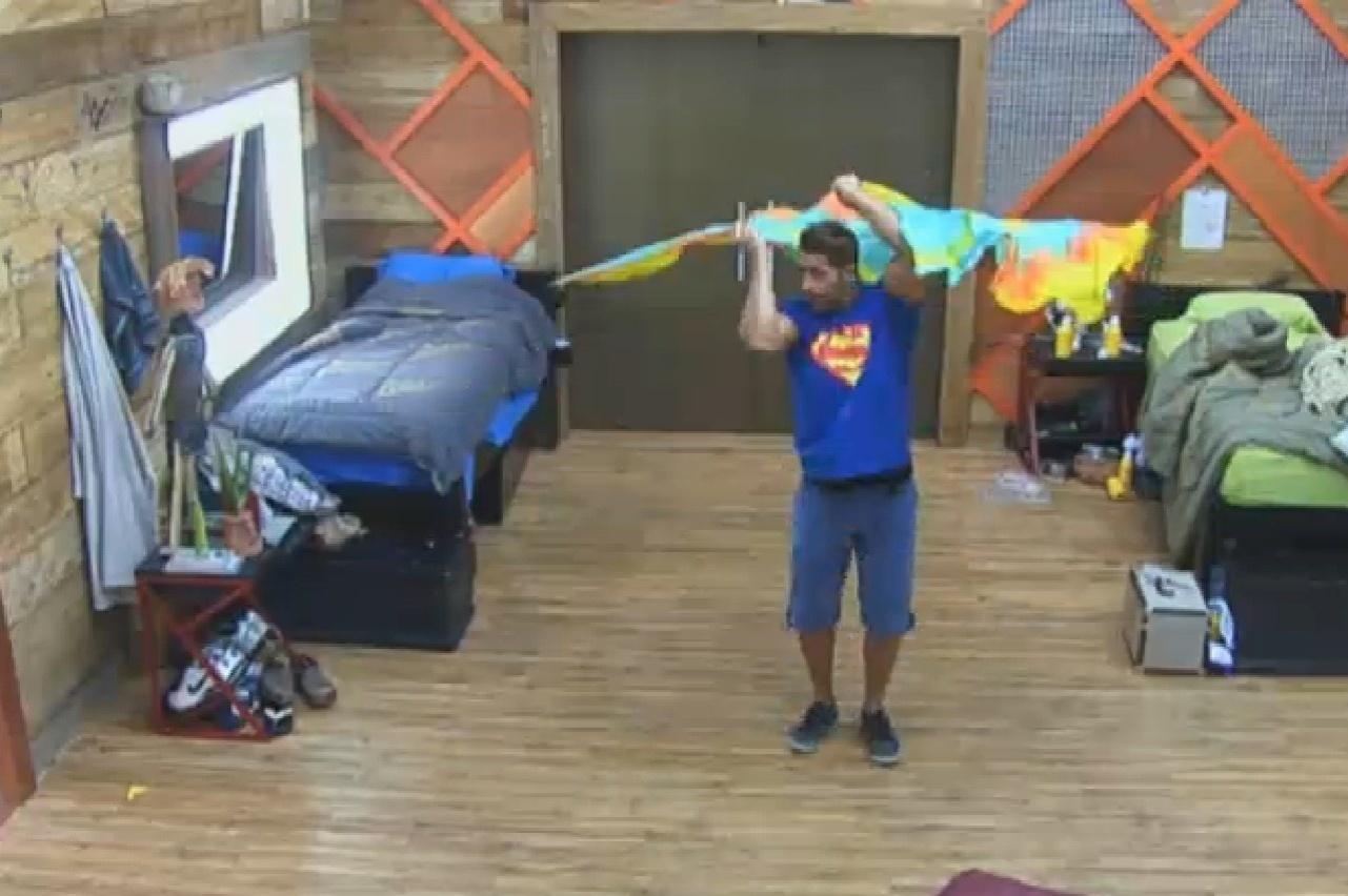 29.set.2013 - Marcos Oliver faz acrobacias com flags no quarto da sede